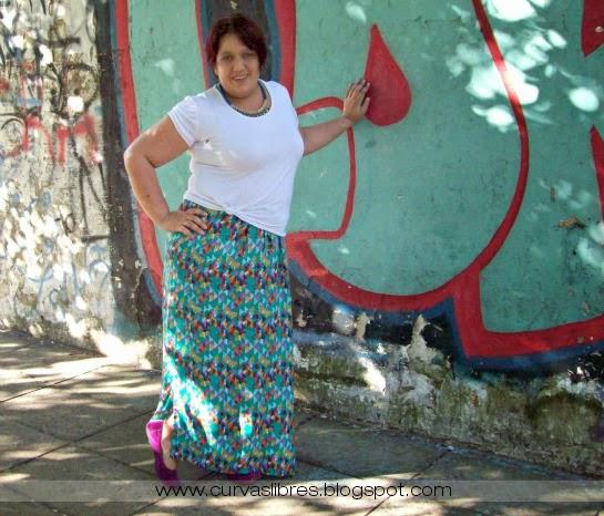 Vistiendo curvas - Maxipollera al viento: Remera blanca anudada, maxipollera verde estampada y chatitas púrpura con collar statement   www.curvaslibres.blogspot.com