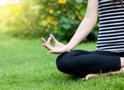 Meditando en el campo