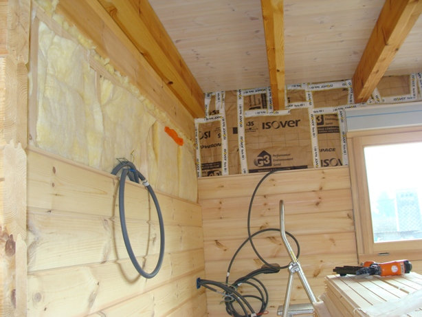 Mon chalet madrier en autoconstruction montage int rieur for Habillage mur interieur en bois