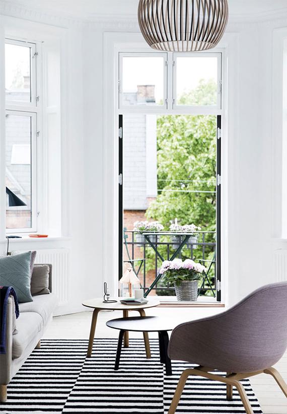 Calm and bright scandinavian living room. Image by Tia Borgsmidt via Bolig