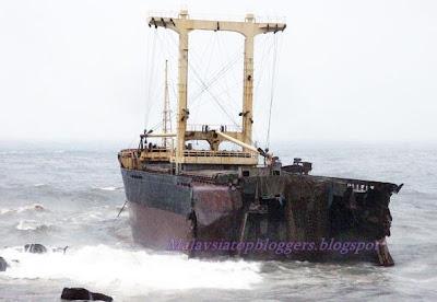 Kapal Kargo Putus Dua Terlanggar Batu