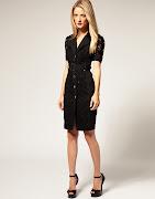 Modelo de vestido preto com aplicação de renda na parte frontal do corpo e . (vestido preto com renda )