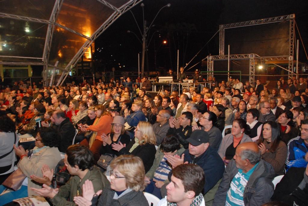 O público aplaudiu e pediu bis no show de abertura do II Festival de Artes de Teresópolis