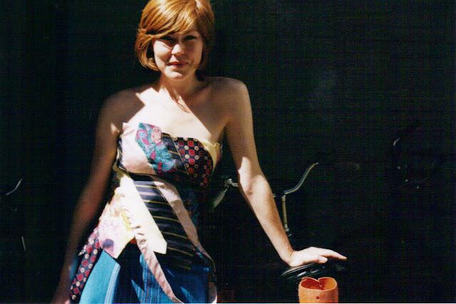 Egen corsage, nederdel, flettet sommer top, solskærm o.s.v. af slips