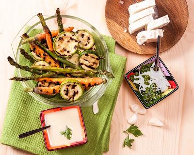 Печени зеленчуци на скара с таханов сос