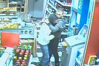Ladrão pede desculpas e chora no ombro de assaltado