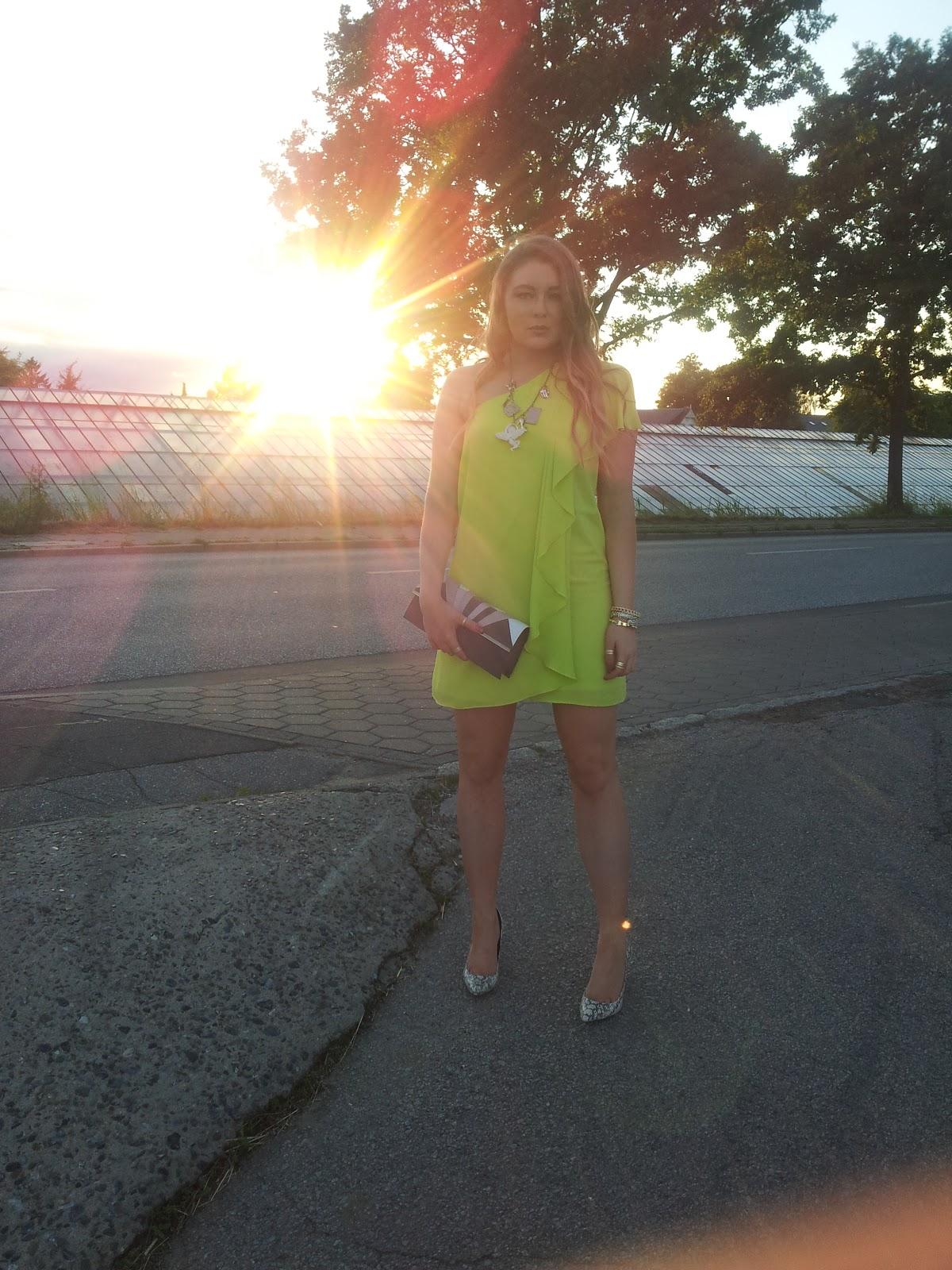 ASOS, off shoulder, neon dress, kleid, schulterfrei, hochzeit, grün, lime, clavin klein high heels, snake print,