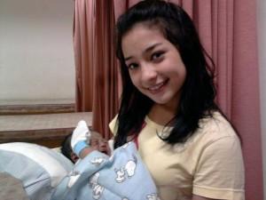 Tips cara menggendong bayi sesuai usianya akan menjadi salah satu hal ...