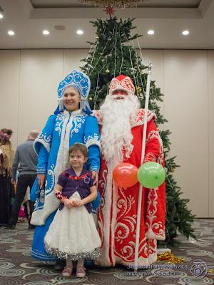 Дети фотографировались с Дедом Морозом и Снегурочкой