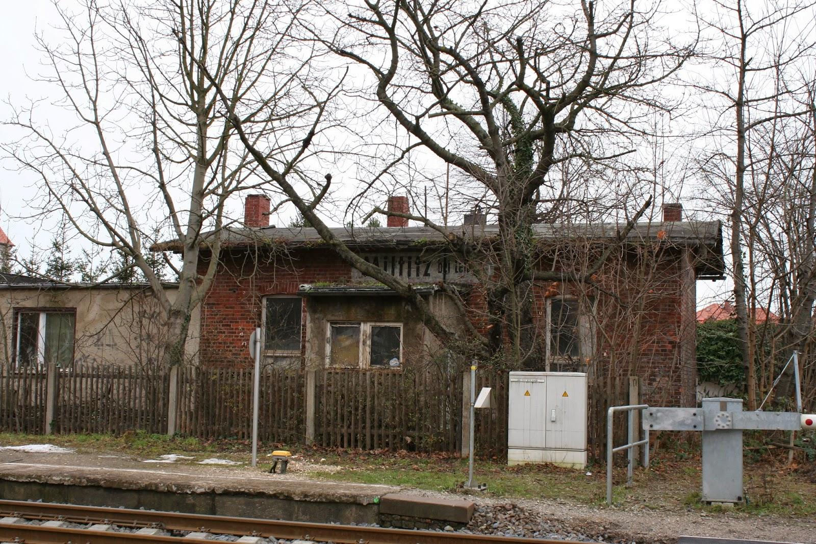 Hier das längst verlassene Eisenbahnerwohnhaus