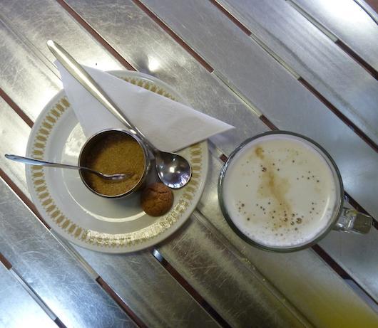 Foto di caffè su un tavolino da bar su vanillasnotes