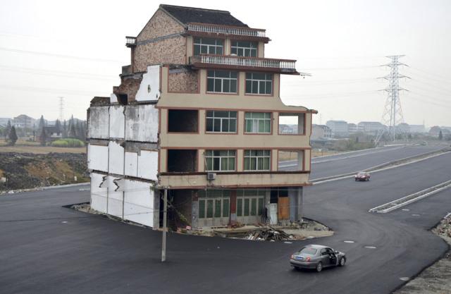 Uma casa no meio da estrada na China