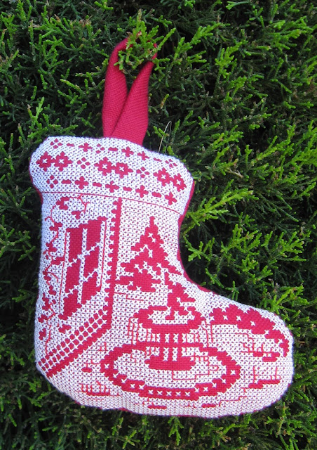 Adorno con forma de bota bordado a punto de cruz blanco sobre rojo