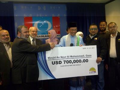 Dato' Seri Anwar Ibrahim menyerahkan sumbangan bernilai USD700,000 kepada wakil pimpinan Hamas bagi tujuan pembinaan Masjid An-Nour Al-Muhammadi di Gaza, Palestin.