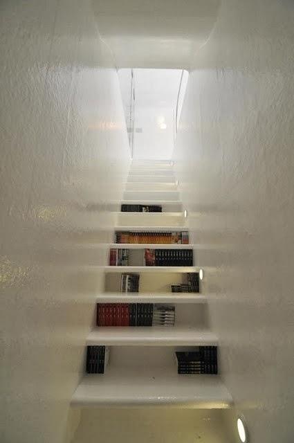 Trappa trappa hylla : Linn idag: Bokhyllan i trappan