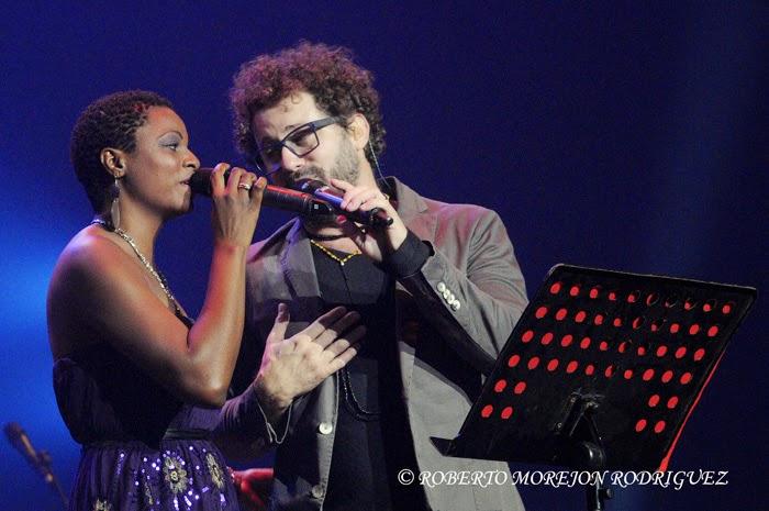 Los cantantes Osanay (I) y  Raúl Paz (D),