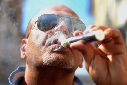 التدخين يسبب تساقط شعر الرجال  - رجل يدخن سيجارة سيجار دخان - cigar man smoking cigarette