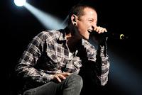 Biodata Personil Linkin Park    Band yang berasal dari Agoura Hills, California USA berdiri tahun 1996. Band ini memiliki aliran yang cukup unik yaitu Nu Metal dan Rock Alternatif. Disetiap musik nya mereka selalu menambahkan musik Elecktro sebagai pemanis musiknya. Awal mula nama dari Linkin Park adalah Xero, kemudian berganti Hybird Theory, sampai nama yang sekarang Linkin Park, yang di ambil dari nama Sebuah taman di Los Angels.  Vokalis sebelum Chester Bennington adalah Mark Wakefield menjadi Vokalis pertama di Linkin Park, namun ia keluar untuk menggarap sebuah proyek menjadi manager band Taprot. Sepanjang perjalanan Linkin Park, telah merilis 5 album berjudul Hybrid Theory, Meteora, Minutes to Midnight, A Thousand Suns, dan Living Things. Langsung saja kita simak Biodata para Personil dari Linkin Park. Chester Charles Bennington            Nama: Chester Charles Bennington  Tempat Tanggal Lahir : March 20, 1976 . Phoenix,  Arizona, Amerika Serikat  Posisi : Vocals Mike Shinoda            Name: Mike Shinoda (Michael Kenji Shinoda)  Tempat tanggal lahir: February 11, 1977 . (lahir di  Agoura, California, Amerika Serikat, 11 Februari 1977; umur 33 tahun)  Posisi: Vocals, Beats + Samples, Keyboards, Guitar Rob Bourdon                Nama Asli: Rob Bourdon (Robert Gregory Bourdon)  Tanggal Lahir: January 20, 1979  Posisi: Drums Brad Delson             Nama: Brad Delson  Tanggal lahir : December 1, 1977  Posisi: Guitar Dave Farrell               Name lengkap : David Michel Farrell (Phoenix)  Tempatr tanggal lahir: February 8, 1977 (lahir di  Plymouth, Massachusetts, Amerika Serikat, 18 Februari 1977; umur 33 tahun)  Posisi: Bass Joe Hahn            Name: Joe Hahn (dikenal juga sebagai Mr. Hahn )  Tanggal Lahir : March 15, 1977  Posisi : Turntables, Samples, Beats, & Sounds Biografi Linkin Park  Pembentukan Linkin Park yaitu pertemuan Mike Shinoda dan Brad Delson (gitaris Linkin Park) di kelas 7. Lalu mereka membentuk band bernama Xero. Brad juga bermain untuk band Re