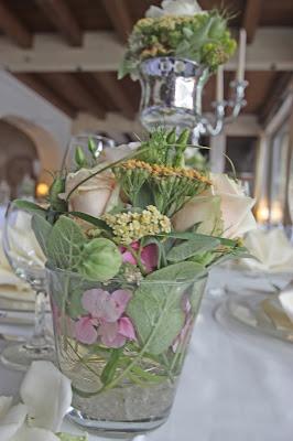 Gefüllte Gläser als Tischdekoration für die Hochzeitstafel