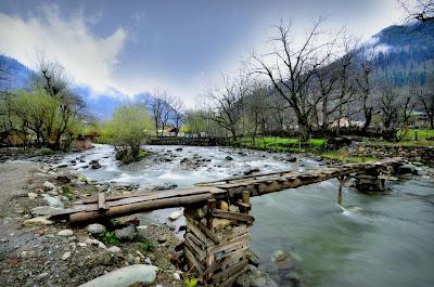 Puente de madera sobre el Río Santa María by Vishnu Raj