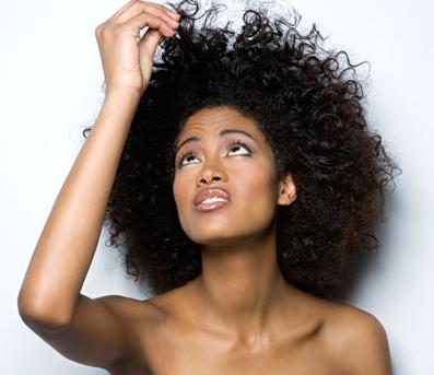 Cuidados com cabelos crespos no verão