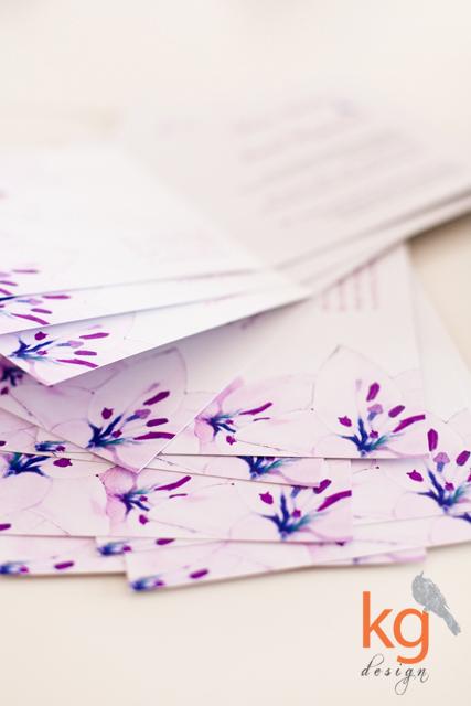 lila, pudrowy róż, niebieski, wstążka, kwadratowe, biały, chabrowy, fuksja, kwiaty, nietypowe, plan stołów, przypinki, winietki, zawieszka na alkohol, niebieski, artystyczne zaproszenia, Kraków, Bochnia, Warszawa, Bytom, Gdynia, motyw kwiatowy na weselu, lilie na weselu, zaproszenie z lilią, lila róż, chabry, dekoracje weselne, wizytówki, winietki, zawieszki na alkohol, przywieszki, RSVP, personaizowane koperty, personalizowane zaproszenie, chabrowa wstążka, niebieska wstążka, KG Design, papeteria ślubna,