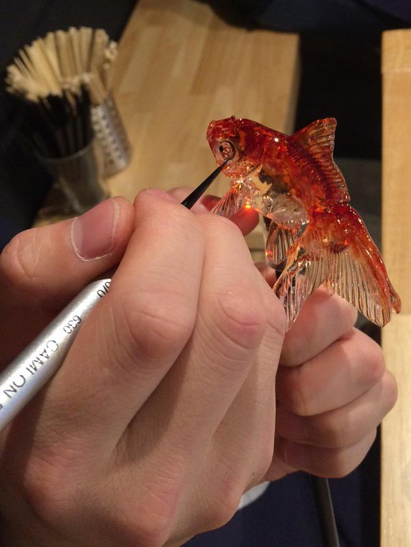 12-Goldfish-detail-Ame-shin-Amezaiku-Japanese-Art-of-Candy-Animal-Sculptures-www-designstack-co