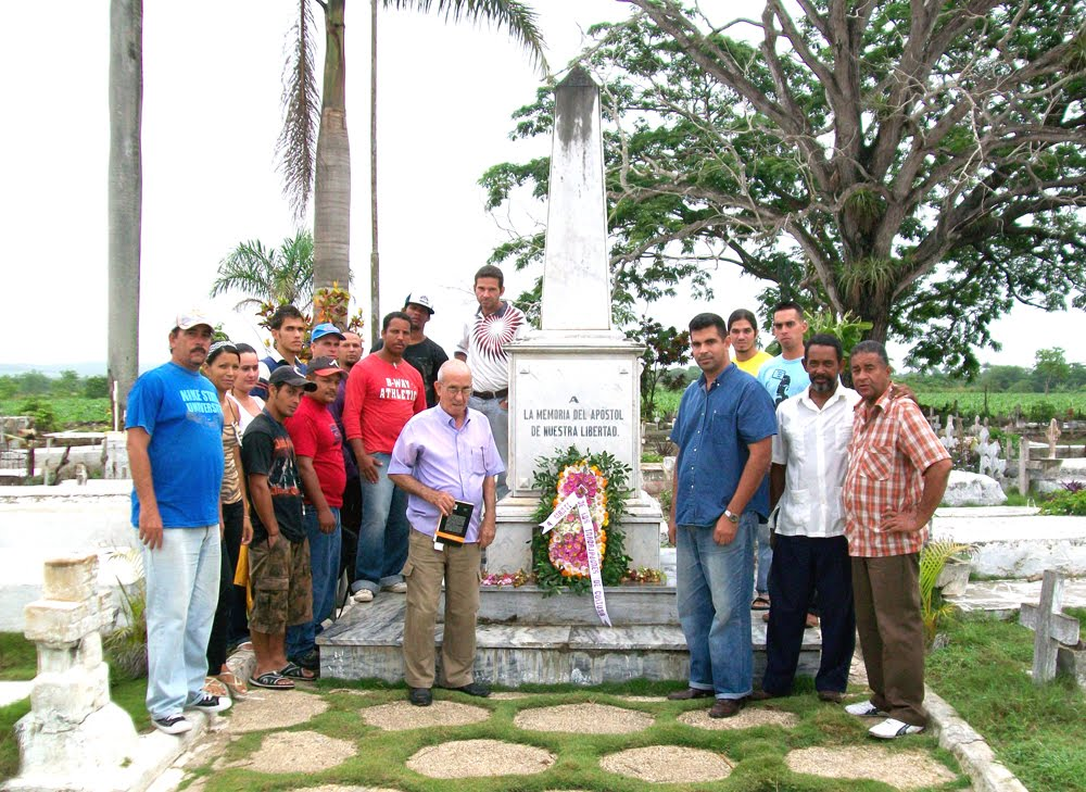 Personalidades de Contramaestre  ante  Obelisco a José Martí en Remanganaguas.