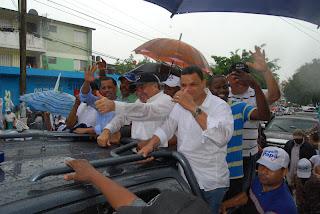 Bajo lluvia, Hipólito Mejía encabeza marcha en Sabana Perdida