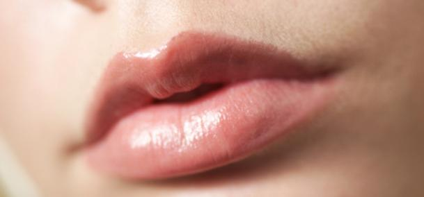Pakai gincu bibir yang mengandungi pelembap dan bahan antioksida