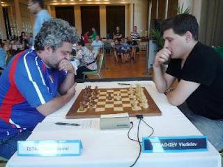 Échecs à Pau - ronde 4 : Vladislav Tkachiev (2644) 1-0 Andrei Istratescu (2641) - Photo © FFE
