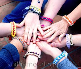 Mani in cerchio con bracciali