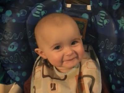 Bebé llora y se emociona al escuchar cantar a su mamá