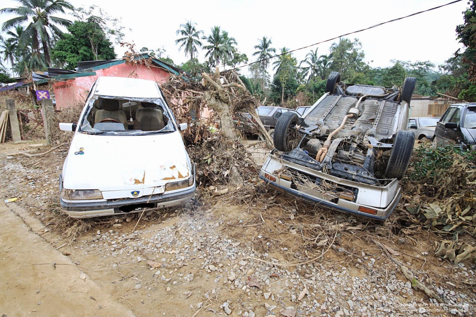 gambar kereta kesan Banjir besar di Kampung Manjor, Kuala Krai