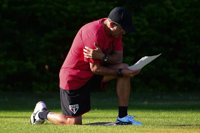 Osorio avalia opções para formar um time bem diferente do que venceu no meio de semana (Foto: Djalma Vassão/Gazeta Press)