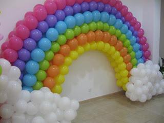 foto de uma decoração com arco iris de balão