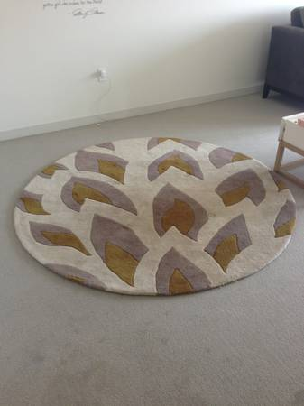 Elegant Beautiful round rug that fits in any living room you place it http boston craigslist org gbs fuo html