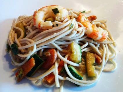 noodles di frumento e grano saraceno con gamberi, verdure e salsa di soia