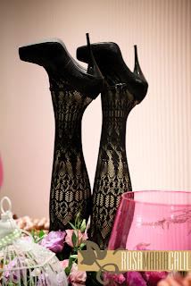 mesa doce, pernas, scarpin, vidro rosa, gaiola branca, decoração, vintage
