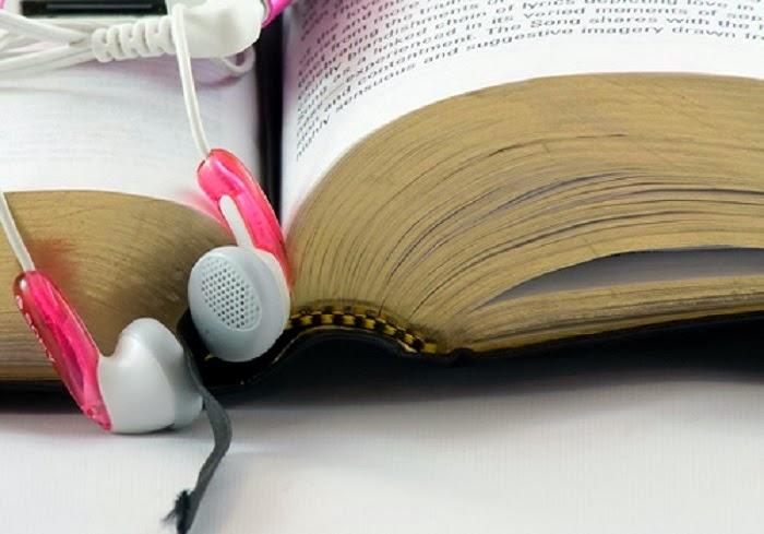 Menina pensativa com livro e fones de ouvido