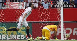 Liputan Bola - Sevilla meraih poin sempurna usai menjamu Barcelona pada pekan ketujuh La Liga Spanyol di Estadio Ramon Sanchez Pizjuan, Sabtu (3/10/2015) malam WIB