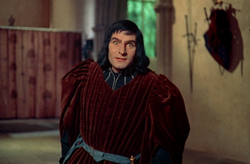 Laurence Olivier as Richard walking with a hunch in Richard III movieloversreviews.blogspot.com