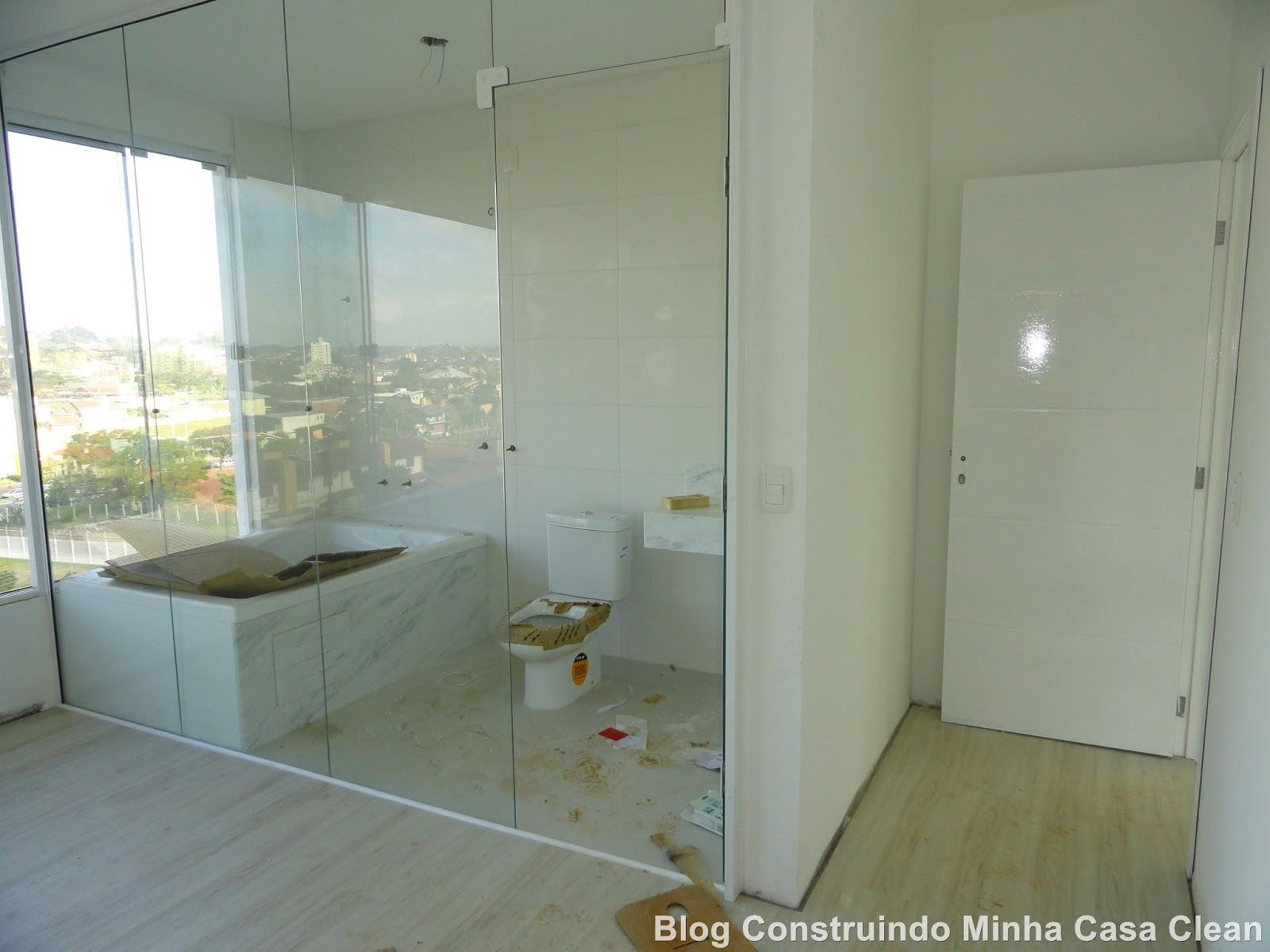 de entrada da suíte porta branquinha e parede de vidro do banheiro  #604A24 1600 1200