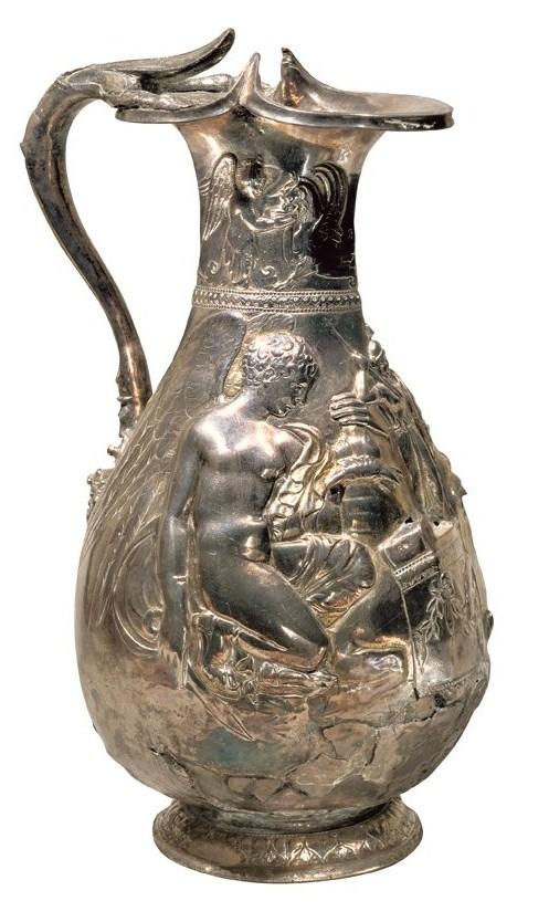 La jarra tal vez se usó para servir un vino de calidad en ocasiones importantes. Está decorada con un cupido y una victoria alada sacrificando un ciervo. Tesoro de Boscoreale.
