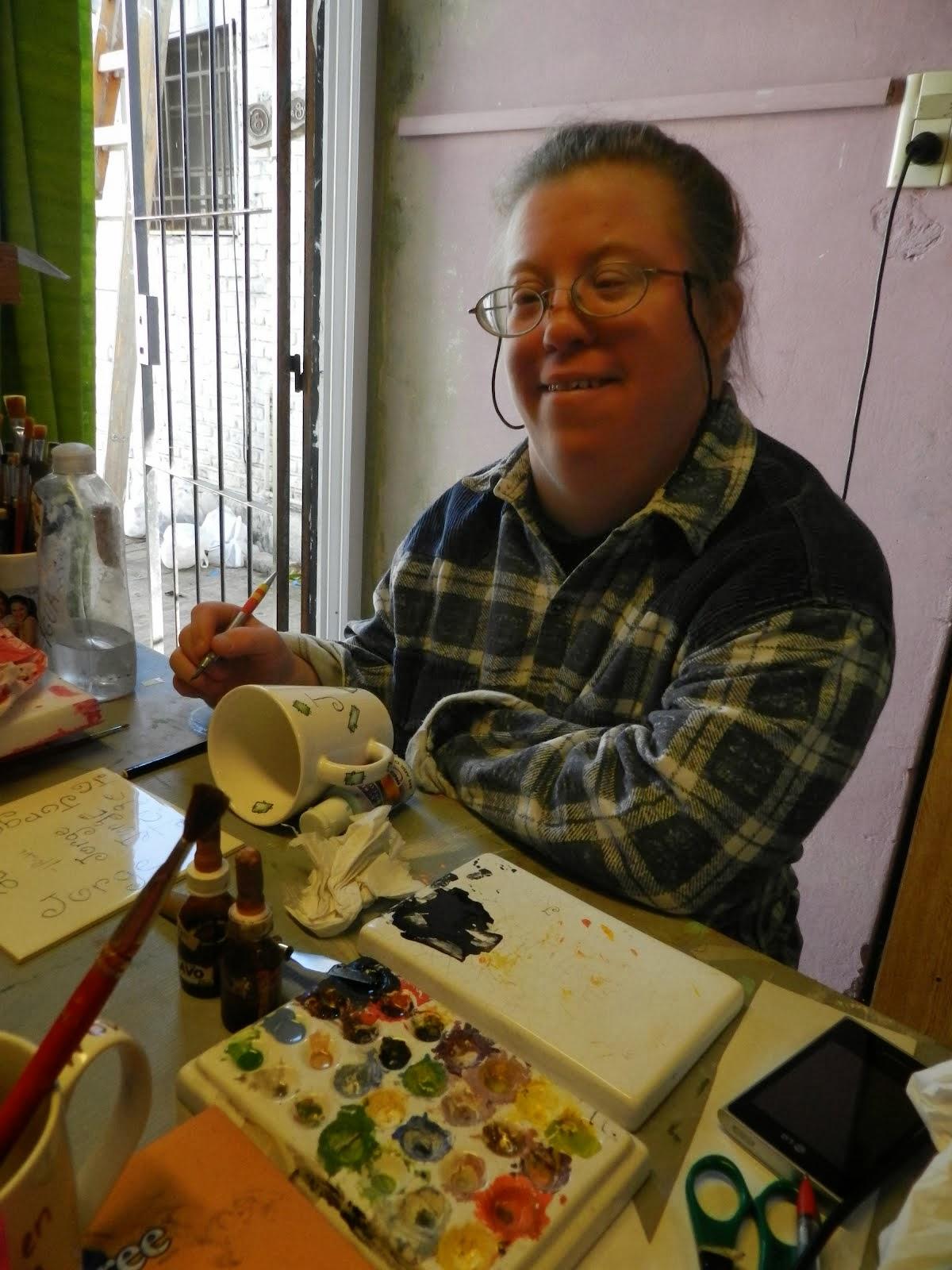 Oct.2013 Marce pintando otra taza para regalar