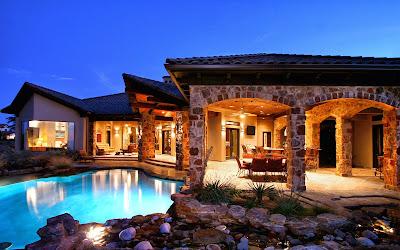 Residencia con piscina y acabados rústicos