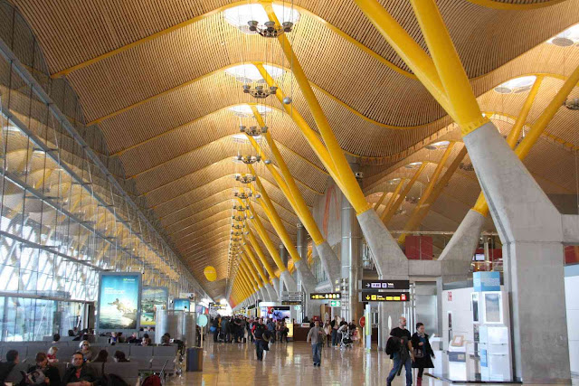 Η διάρκεια των απευθείας πτήσεων από το αεροδρόμιο της Αθήνας προς το αεροδρόμιο της Μαδρίτης είναι 3,5 ώρες.