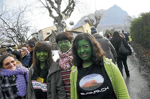 BEBERAPA wanita yang mengecat hijau wajah mereka berlindung di Kampung Bugarach di Perancis yang dianggap sebagai tempat selamat daripada kiamat.