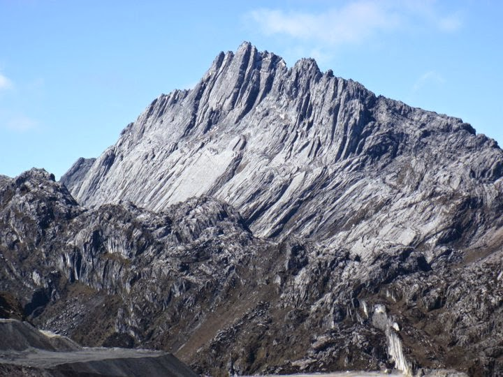 Pendakian puncak (summit attack) di Carstensz Pyramid (4.884 m)
