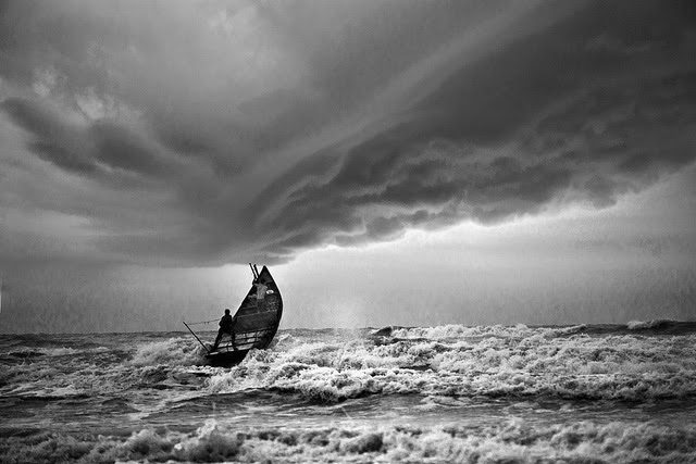 Berlayar menerjang badai lautan